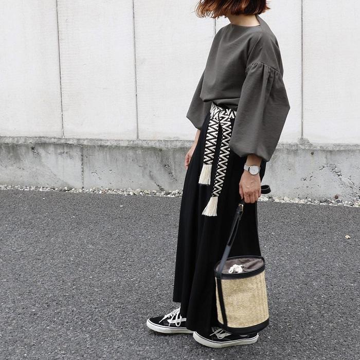 カーキブラウス×黒マキシ丈スカートのコーデ画像