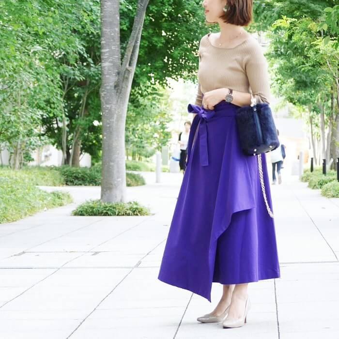 ベージュトップス×紫スカートのコーデ画像
