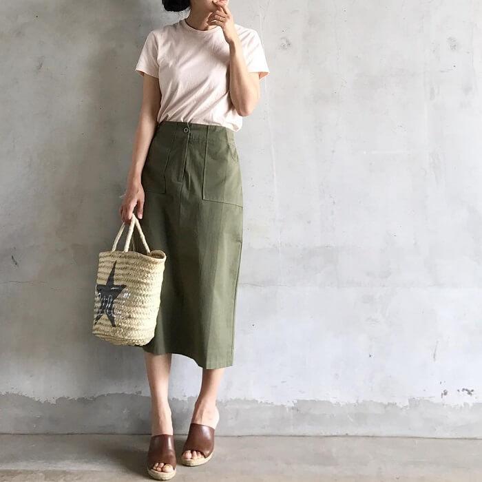 カーキタイトスカート×白Tのコーデ画像