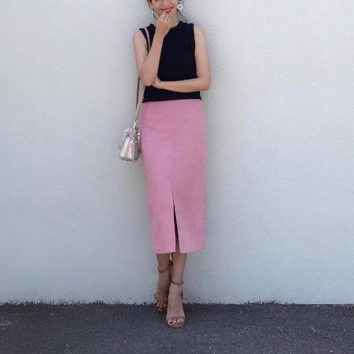 ピンクのミモレ丈タイトスカート×黒トップスのコーデ画像