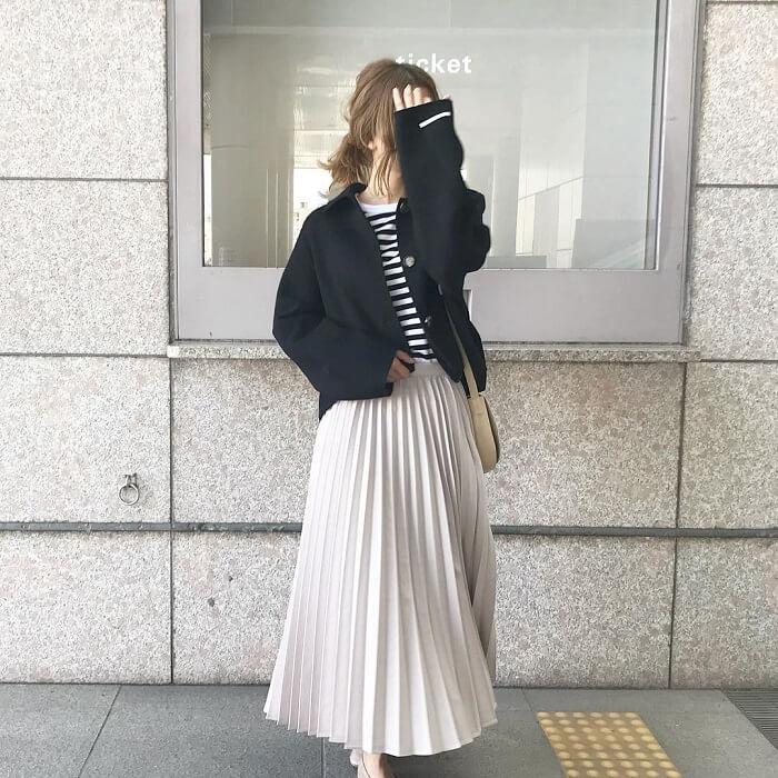 ホワイトプリーツスカート×黒ショートコートのコーデ画像