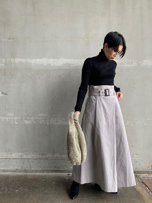 グレーコーデュロイスカートと黒ニットのコーデ画像