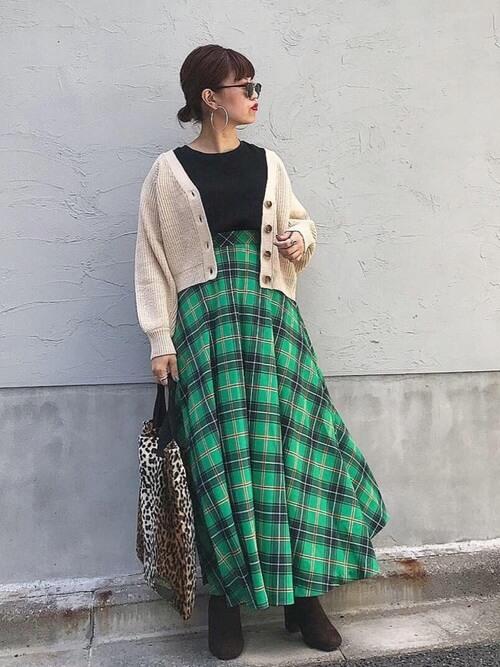 ベージュカーディガン×グリーンチェック柄ロングスカートのコーデ画像