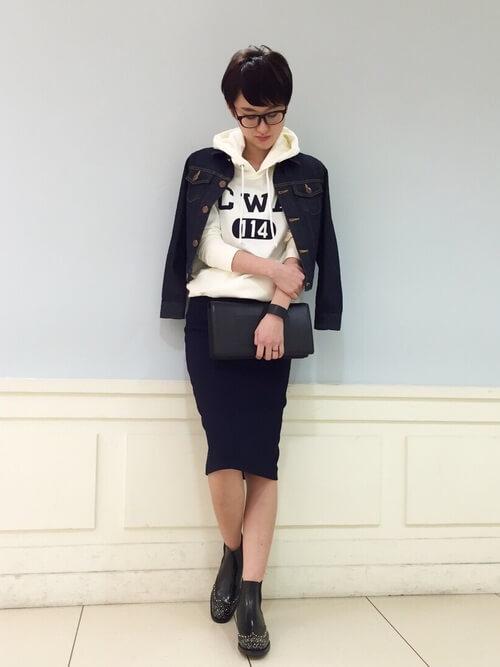 デニムジャケット×パーカー×タイトスカートのコーデ画像