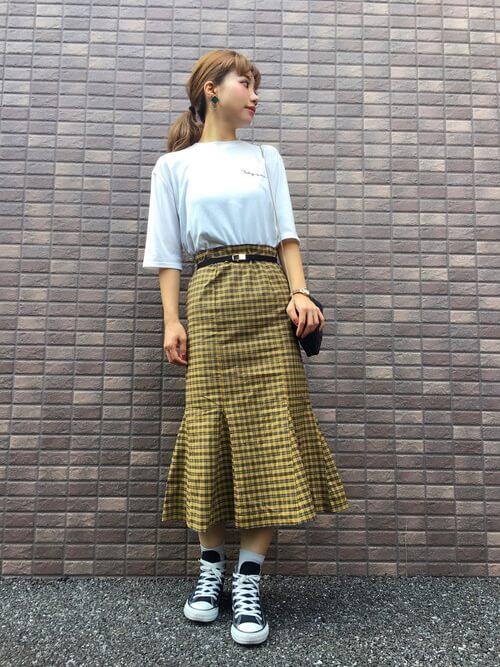 Tシャツ×チェック柄マーメイドスカートのコーデ画像
