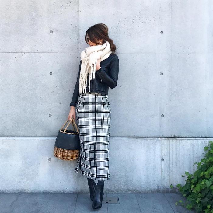 レザージャケット×白マフラー×オーバーチェックタイトスカートのコーデ画像