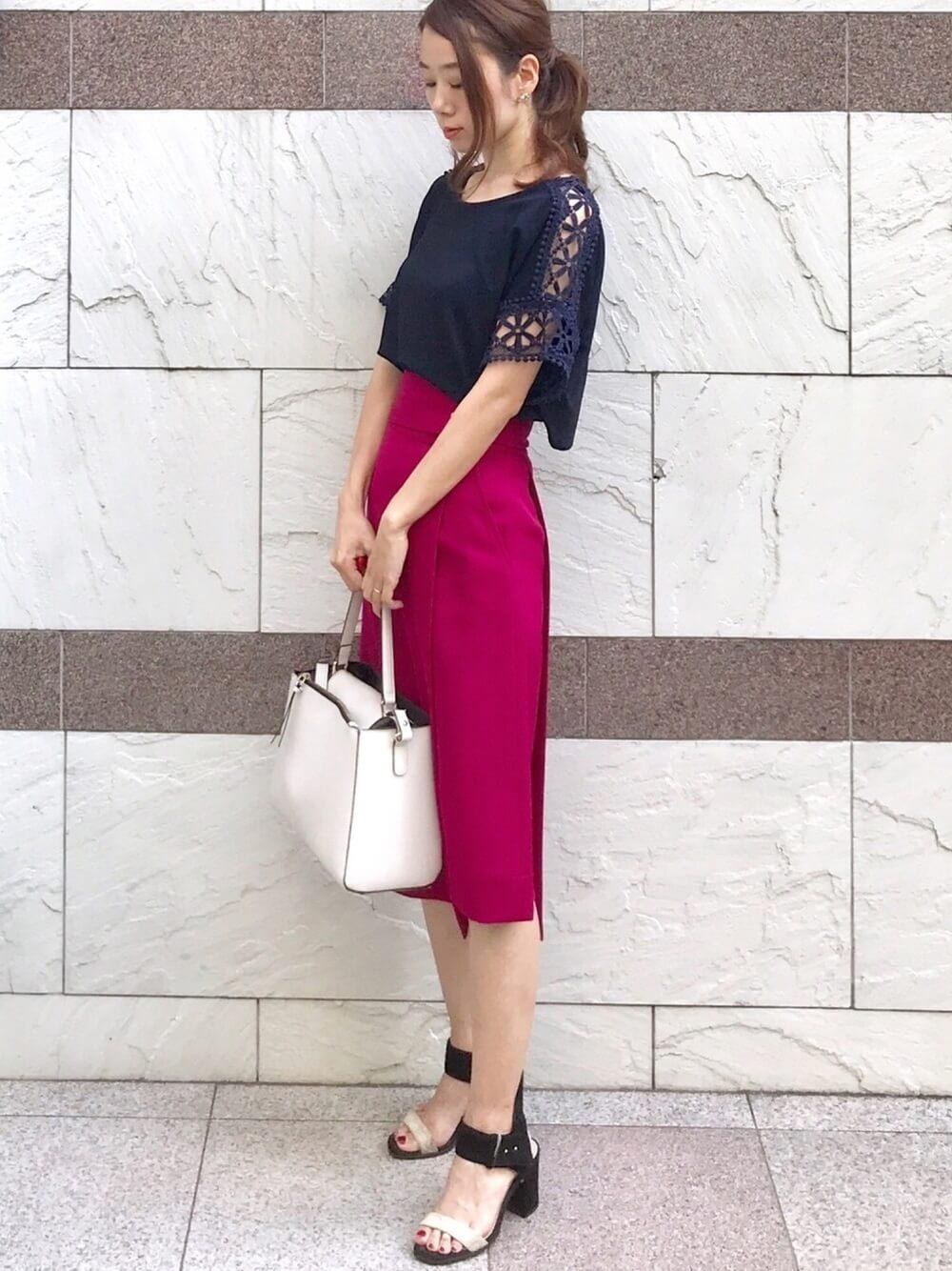 ラズベリーピンクタイトスカートとネイビートップスのコーデ画像