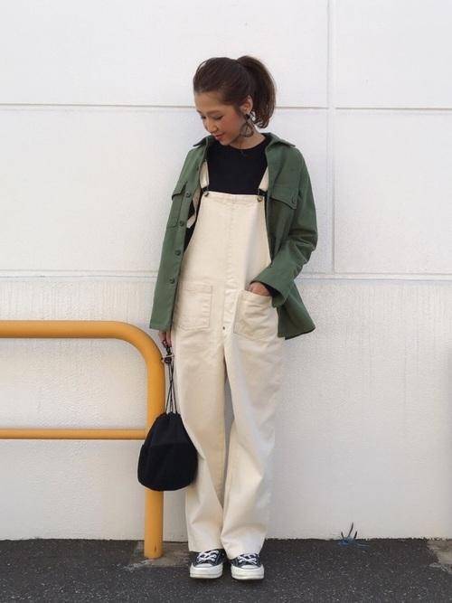 ミリタリージャケット×白サロペットのコーデ画像