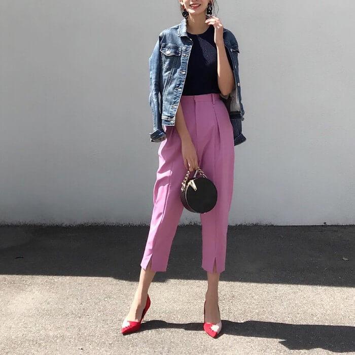 デニムジャケット×ピンクテーパードパンツのコーデ画像