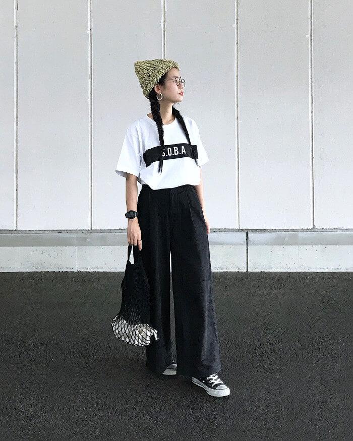 イエローニット帽×ロゴTシャツ×ワイドパンツのコーデ画像