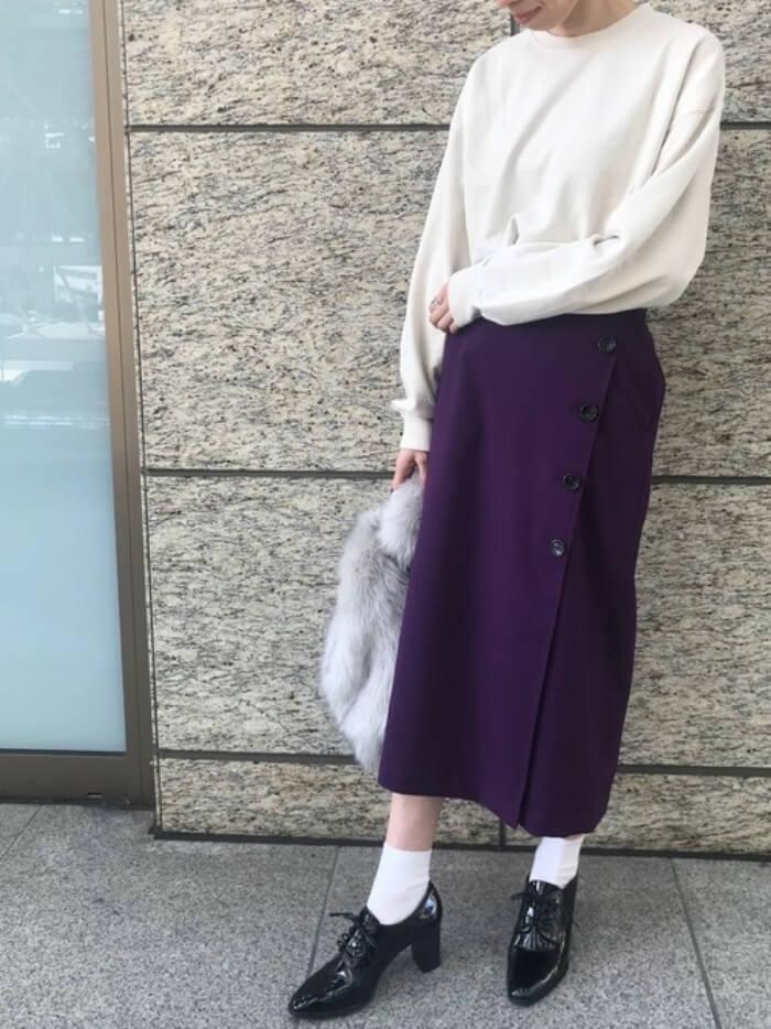 白トップス×パープルタイトスカート×レースアップシューズのコーデ画像