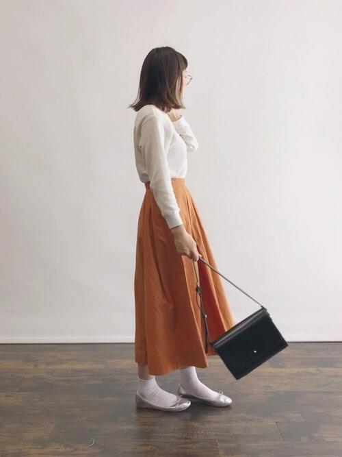 オレンジフレアスカート×白靴下のコーデ画像