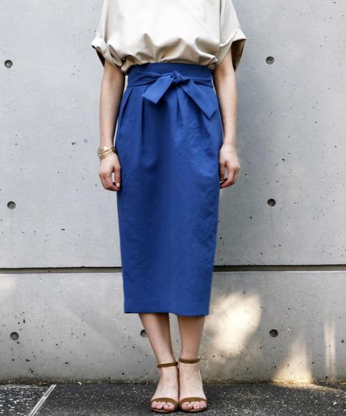 黄みグレーブラウス×ブルーコクーンスカートのコーデ画像