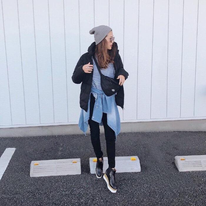 グレーニット帽×黒ダウンジャケット×スキニーのコーデ画像