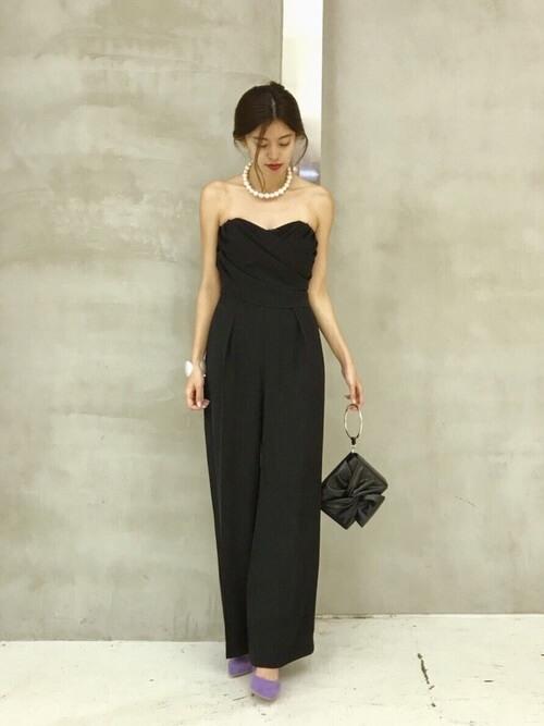 黒ドレス×パールネックレスのコーデ画像
