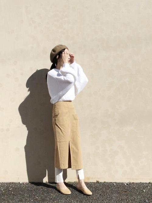 ベージュロングタイトスカート×白リブニットレギンスのコーデ画像
