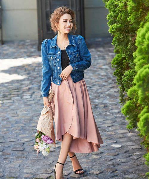デニムジャケット×くすみピンクフレアスカートのコーデ画像