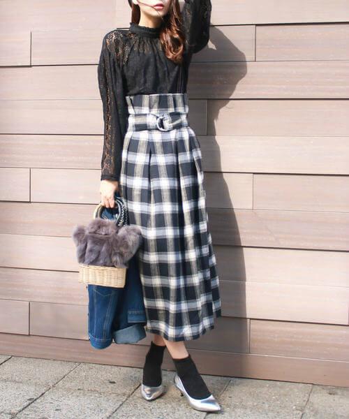 タータンチェック柄スカートと黒のレーストップスのコーデ画像