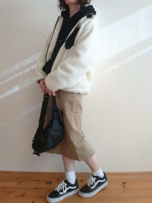 白ボアブルゾン×黒パーカー×ベージュスカートのコーデ画像