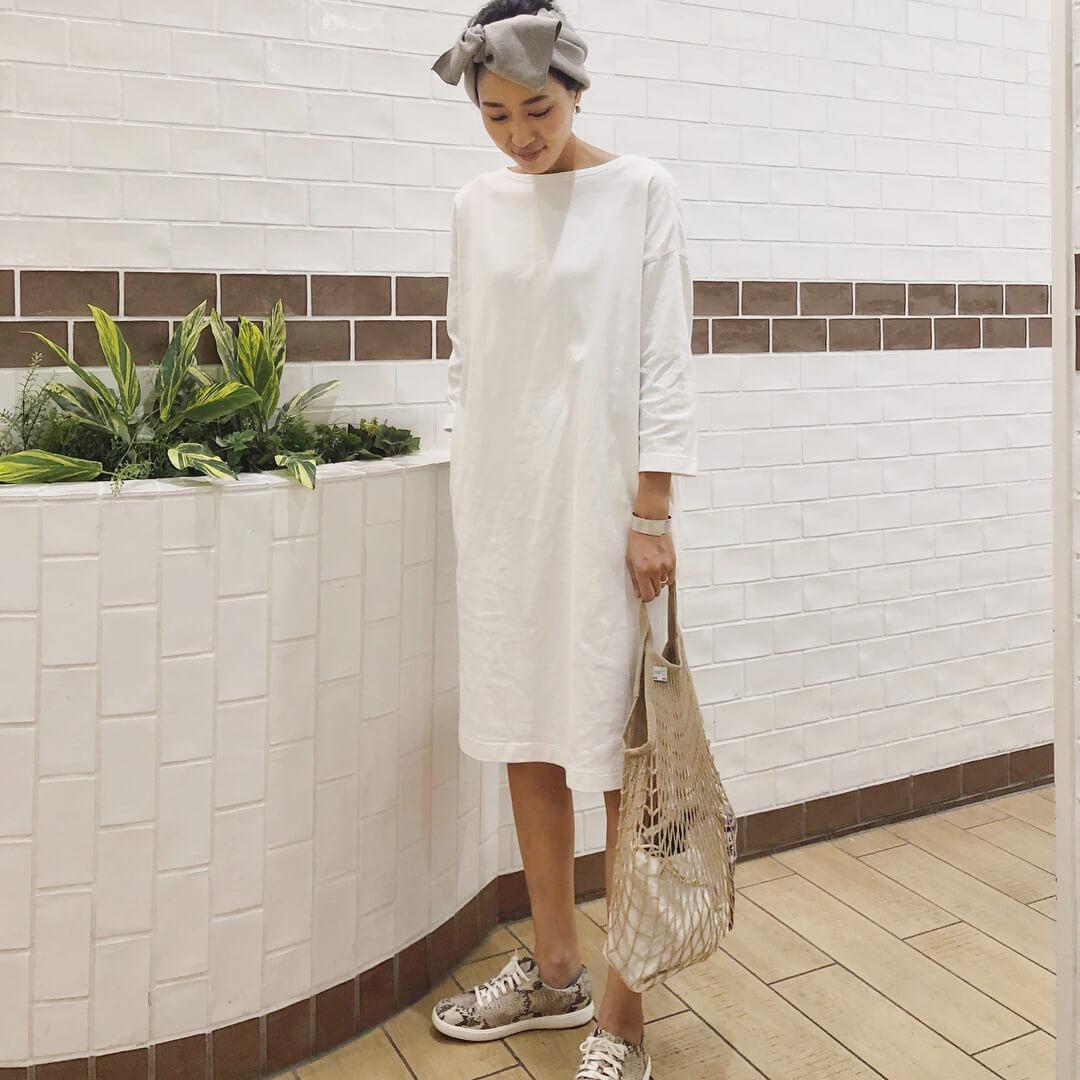 白のTシャツワンピースのコーデ 画像