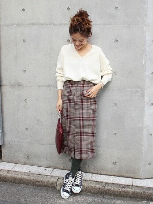 白Vネックニット×チェックタイトスカートのコーデ画像