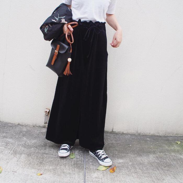 白半袖Tシャツ×黒ワイドパンツのコーデ画像