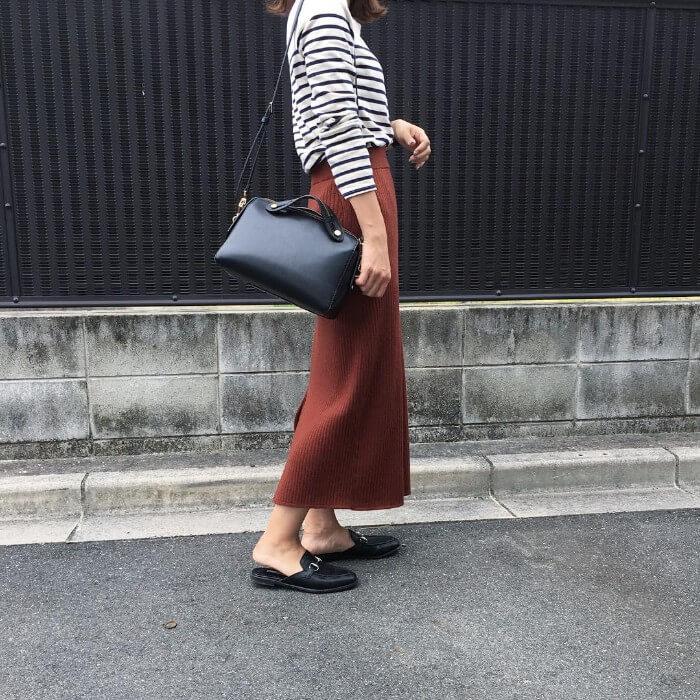 ボーダートップス×茶色タイトスカートのコーデ画像