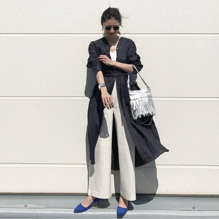 ベルト付きネイビーシャツワンピース×白ワイドパンツのコーデ画像