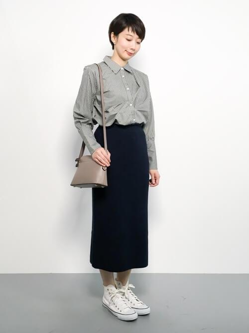 ストライプシャツとミモレ丈タイトスカートのコーデ画像