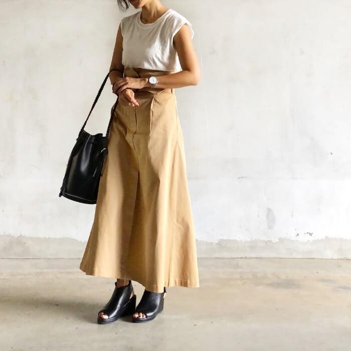 ベルト付きロングスカート×黒サマーブーツのコーデ画像