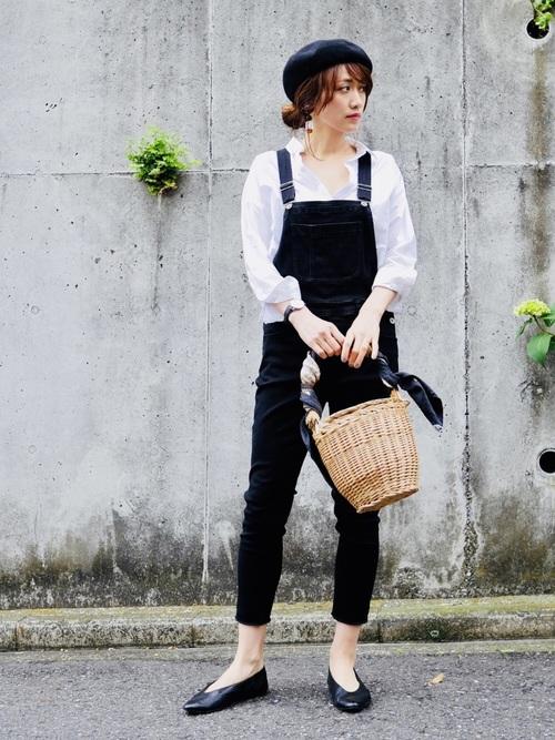 ブラックデニムサロペット×白シャツのコーデ画像