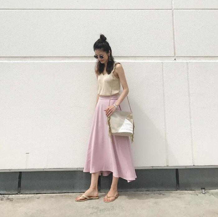 ミディ丈ピンクスカート×ベージュキャミのコーデ画像