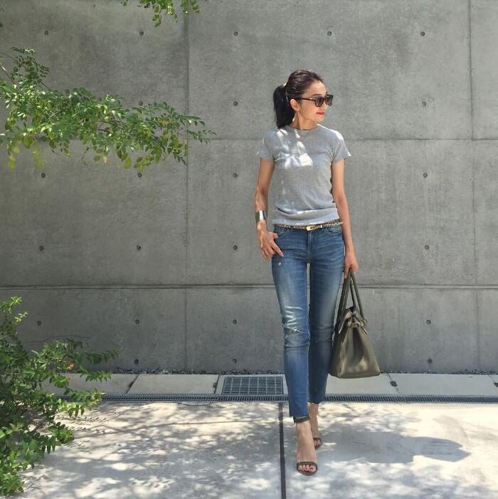 グレーTシャツ×ブルーデニムのコーデ画像