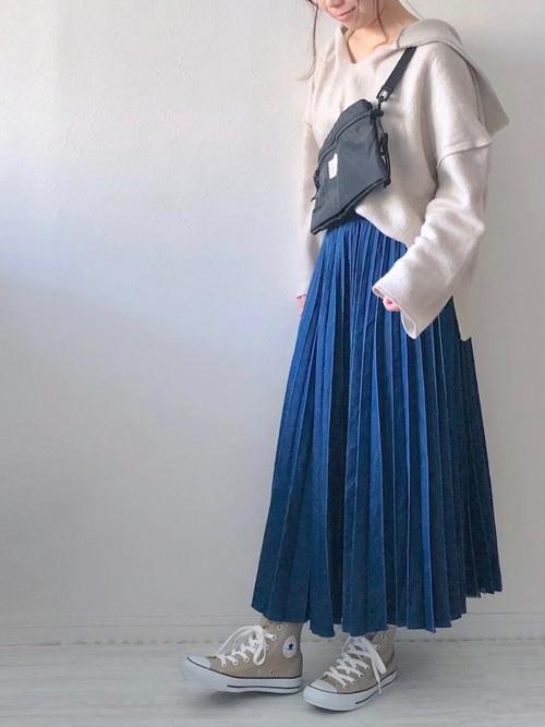 ブルーのプリーツスカートとサコッシュのコーデ画像