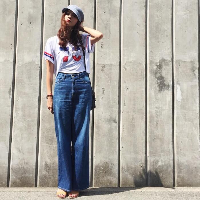 ジーンズとロゴTシャツ&キャスケットのコーデ画像