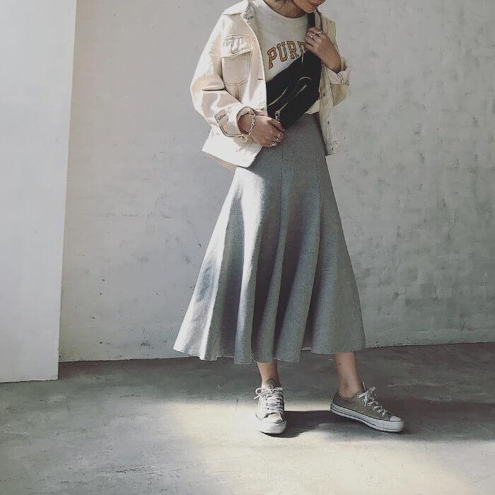 ベージュジャケットとグレーフレアスカートとベージュスニーカーのコーデ画像