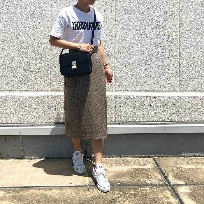 ミモレ丈タイトスカート&ロゴTシャツ×ローテクスニーカーのコーデ画像