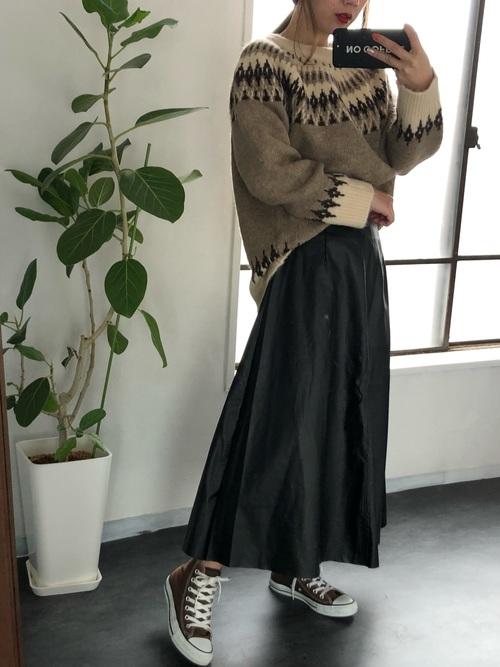 レザーフレアスカートのカジュアルコーデ画像