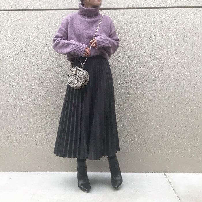 グレープリーツスカート×ラベンダーニットのコーデ画像