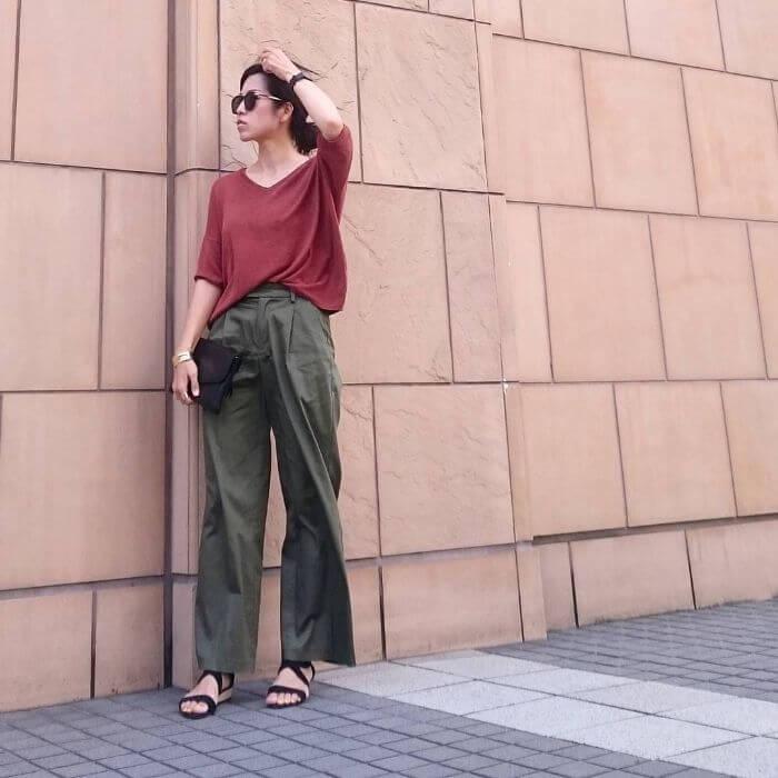 赤Tシャツ×カーキワイドパンツのコーデ画像