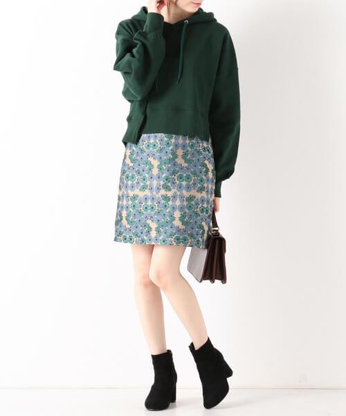 個性柄ミニタイトスカート×黒ブーツのコーデ画像