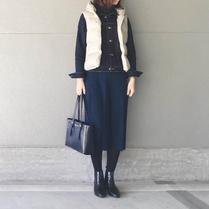ダウンベスト×タイトスカートのコーデ画像