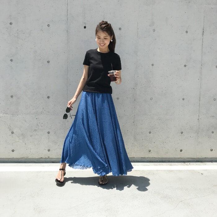 黒のシンプルトップスとネイビーのロングスカートのコーデ画像
