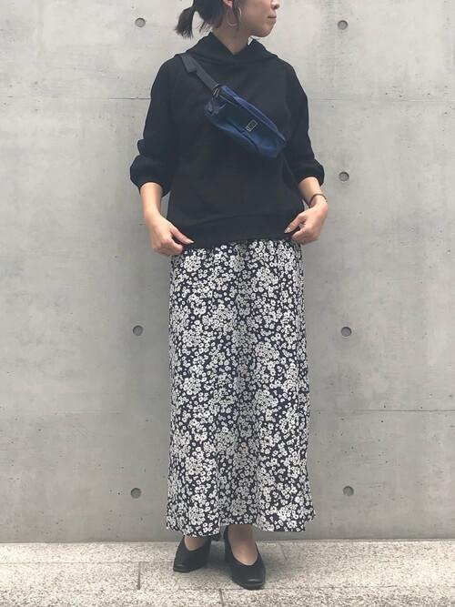 黒パーカー×黒花柄スカート×ウエストポーチのコーデ画像