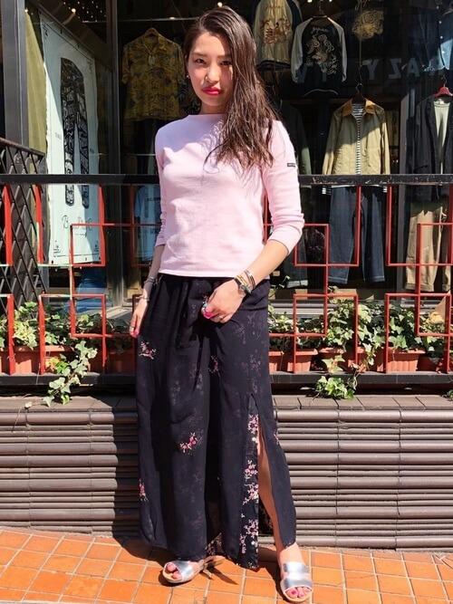 ピンクカットソー×黒スリットスカートのコーデ画像