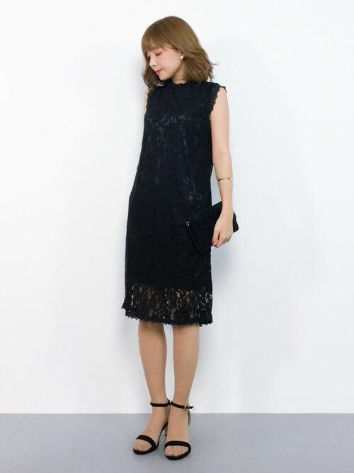 黒ドレス×ストラップサンダルのコーデ画像