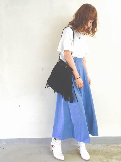 白Tシャツ×青フレアスカート×白ショートブーツのコーデ画像