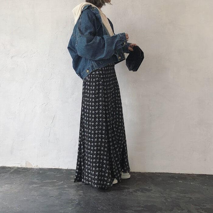 白ビッグパーカー×黒花柄フレアスカートのコーデ画像
