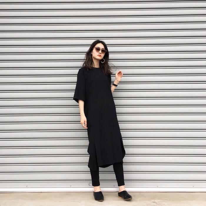 黒のTシャツワンピース×黒スキニーのコーデ 画像