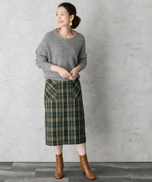 ドルマンスリーブのグレーニット×チェック柄スカートのコーデ画像